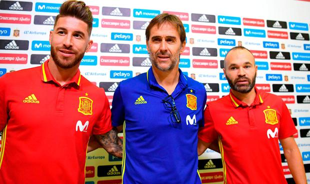 Julen Lopetegui (C) poses with Spain's defender Sergio Ramos (L) and Spain's midfielder Andres Iniesta