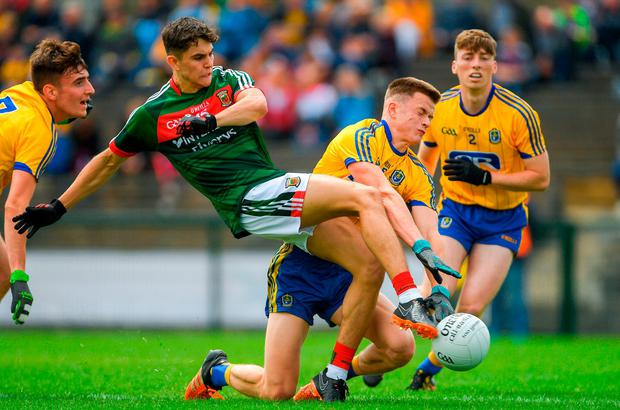 Mayo's Tommy Conroy is tackled by Aidan Dowd of Roscommon. Photo: Piaras Ó Mídheach/Sportsfile