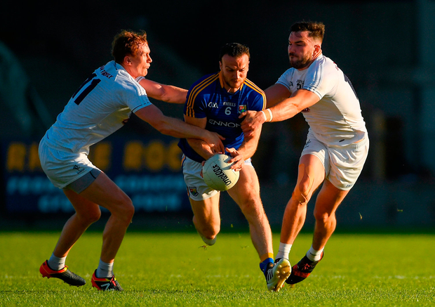 Donal McElligott of Longford is tackled by Paul Cribbin, left, and Fergal Conway of Kildare. Photo by Piaras Ó Mídheach/Sportsfile