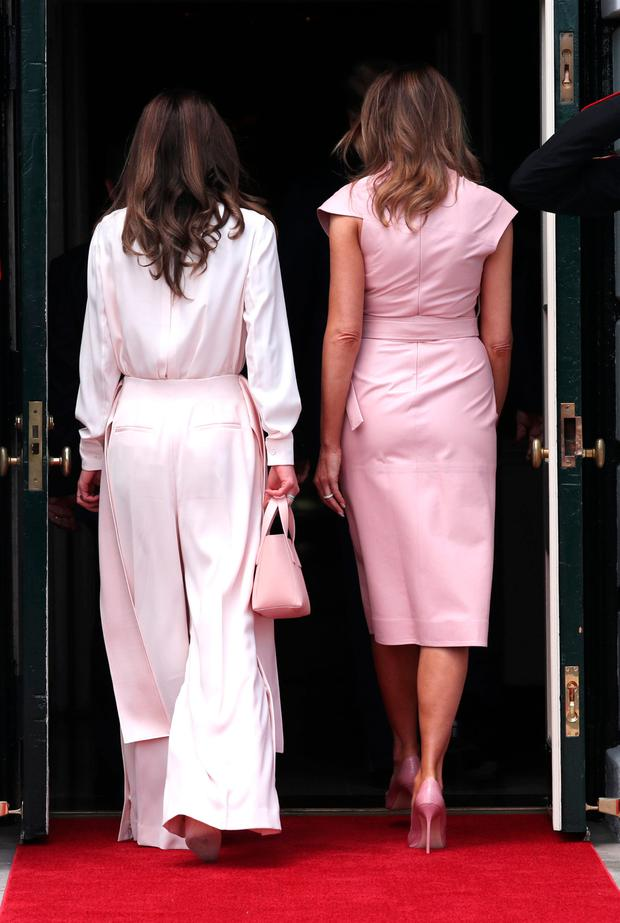 U.S. first lady Melania Trump escorts Jordan's Queen Rania after her arrivial at the White House in Washington, U.S., June 25, 2018. REUTERS/Jonathan Ernst