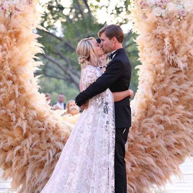 kaley-cuoco-wedding-photos-hugo=taylor-wreath.jpg