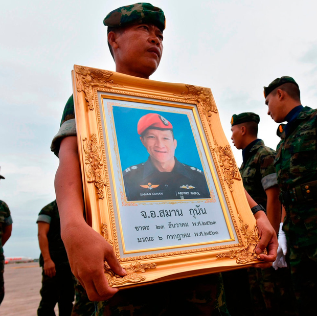 A Thai navy seal holds a picture of Saman Kunan. Photo: Getty Images