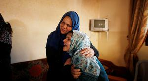 Relatives of Palestinian militant Mohammed Abu Dakah, 31, who was killed in an Israeli strike, mourn during his funeral in Khan Younis in the southern Gaza Strip July 21, 2018. REUTERS/Suhaib Salem