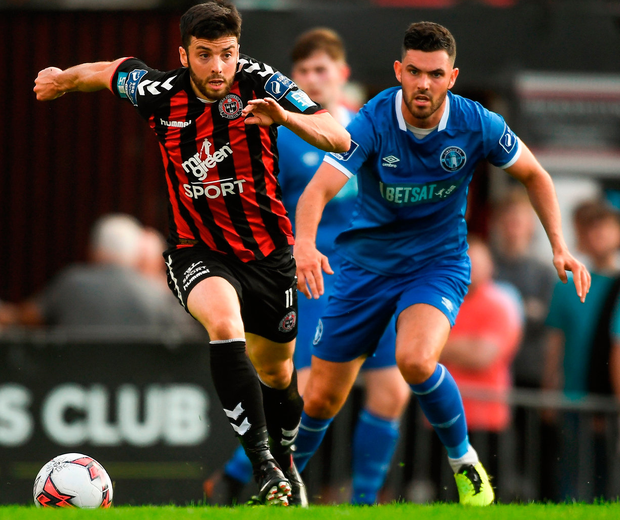 Kevin Devaney of Bohemians in action against Darren Murphy of Limerick at Dalymount Park last night. Photo: Piaras Ó Mídheach/Sportsfile