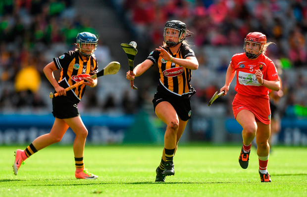 Julie Ann Malone of Kilkenny, supported by team mate Michelle Quilty, left, in action against Libby Coppinger of Cork. Photo by Piaras Ó Mídheach/Sportsfile