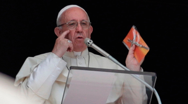 Pope gives away 35,000 tiny crucifixes