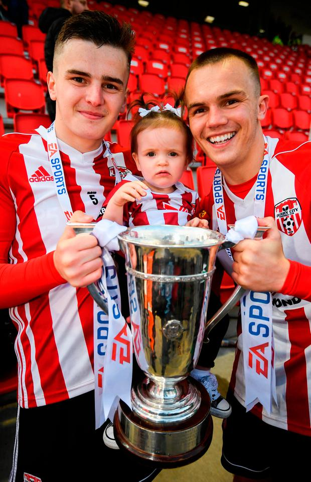 Ronan Hale, with his daughter Mya, and Rory Hale of Derry City. Photo by Stephen McCarthy/Sportsfile