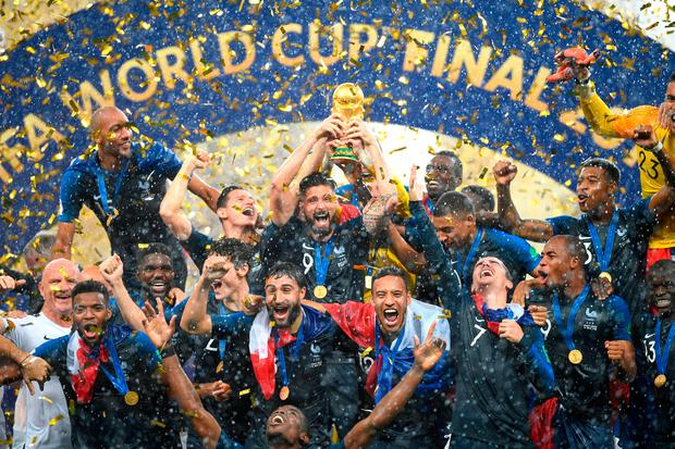 Olivier Giroud celebrates with the World Cup trophy and his teammates following his side's victory in the 2018 FIFA World Cup Final between France and Croatia at Luzhniki Stadium on July 15, 2018 in Moscow, Russia. (Photo by Matthias Hangst/Getty Images) *** BESTPIX ***