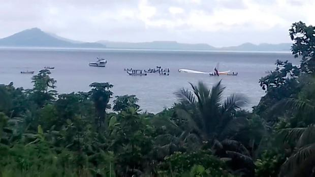 People are evacuated from an Air Niugini plane which crashed in the waters in Weno, Chuuk, Micronesia, September 28, 2018 in this still image taken from a video obtained from social media. Akang San/via REUTERS
