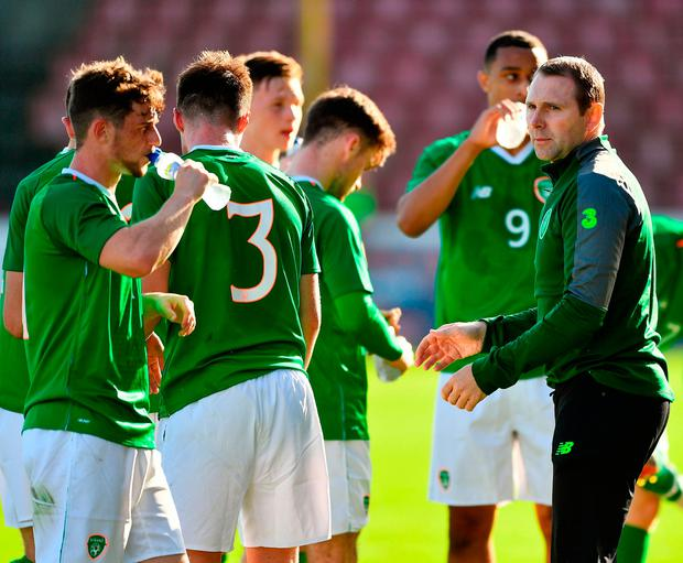 Republic of Ireland manager Tom Mohan talks to his players. Photo by Seb Daly/Sportsfile