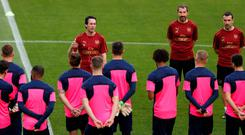 Arsenal manager Unai Emery speaks with his players during training. Photo: REUTERS/Rafael Marchante