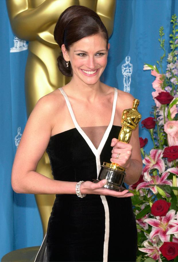 Best Actress Julia Roberts poses with her Oscar during the 73rd Annual Academy Awards March 25, 2001 at the Shrine Auditorium in Los Angeles.