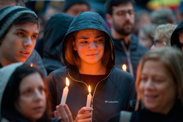 Mourners hold a vigil for the victims of the Pittsburgh synagogue shooting, Pennsylvania, U.S. Photo: REUTERS/John Altdorfer