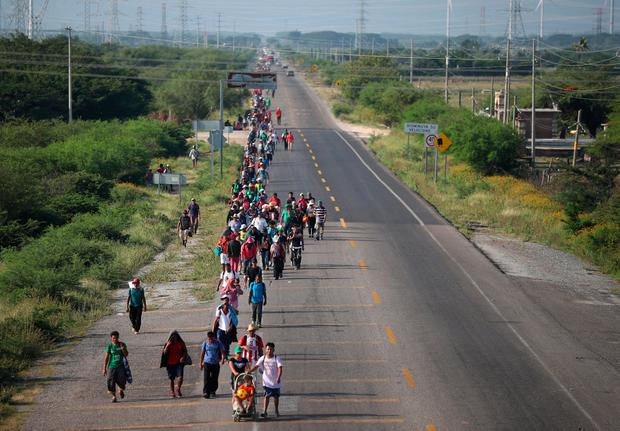 Migrants, part of a caravan of thousands traveling from Central America en route to the United States, walk along the highway to Matias Romero from Juchitan, Mexico. Photo: REUTERS/Hannah McKay