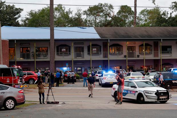 Police investigators work the scene of a shooting (Tori Schneider/Tallahassee Democrat via AP)