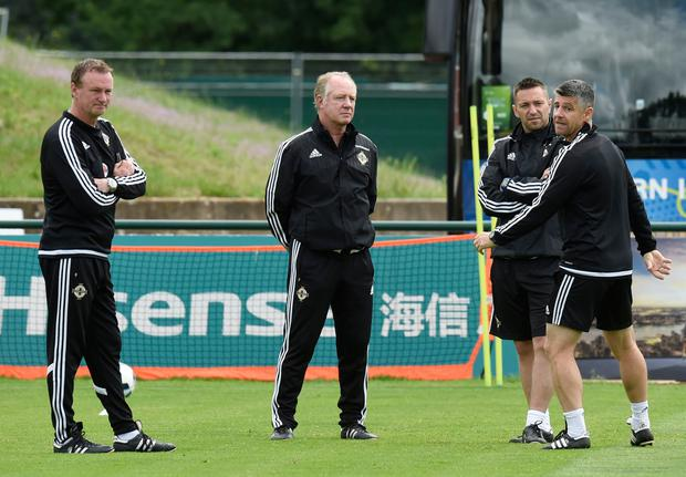 Northern Ireland's manager Michael O & # 39; Neill (L) and assistant coach Jimmy Nicholl (2ndL) at a training session during Euro 2016. Photo: AFP / Getty Images