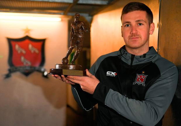 Dundalk's Patrick McEleney with his SSE Airtricity/SWAI Player of the Month award for October at Oriel Park. Photo: Eóin Noonan/Sportsfile
