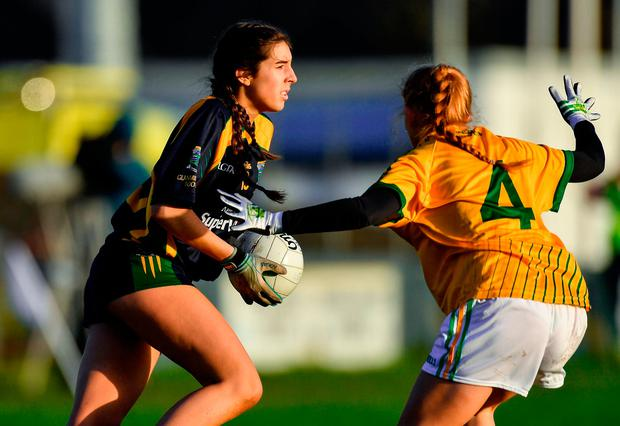 Niamh McAllen of Glanmire in action against Sinéad Mooney of Tourlestrane. Photo by Piaras Ó Mídheach/Sportsfile