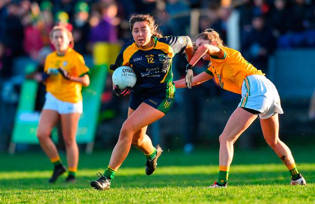 Shauna Murphy of Glanmire in action against Edel Meers of Tourlestrane. Photo by Piaras Ó Mídheach/Sportsfile