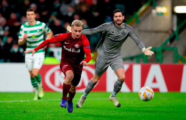 Fredrik Gulbrandsen of RB Salzburg takes the ball around Craig Gordon of Celtic to score his team's second goal of the game during the UEFA Europa League Group B match between Celtic and RB Salzburg at Celtic Park on December 13, 2018 in Glasgow, United Kingdom. (Photo by Ian MacNicol/Getty Images)