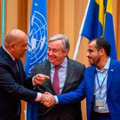 Yemen's foreign minister Khaled al-Yamani (L) and rebel negotiator Mohammed Abdelsalam (R) shake hands under the eyes of United Nations Secretary General Antonio Guterres (C), during peace talks taking place at Johannesberg Castle in Rimbo, north of Stockholm, Sweden. Photo: AFP/Getty Images