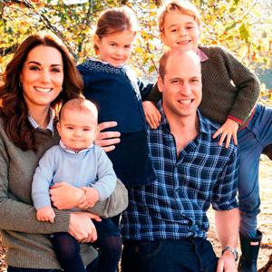 Britain's Prince William, Duke of Cambridge, (2R) and Britain's Catherine, Duchess of Cambridge, (L) and their three children Prince Louis of Cambridge (2L), Princess Charlotte of Cambridge (C) and Prince George of Cambridge (R) posing for a photograph at Anmer Hall in Norfolk in the Autumn of 2018. (Photo by Matt Porteous / KENSINGTON PALACE / AFP)
