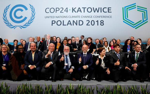 COP24 President Michal Kurtyka and Executive Secretary of the UN Framework Convention on Climate Change Patricia Espinosa pose with the heads of delegations after adopting the final agreement during a closing session of the COP24 U.N. Climate Change Conference 2018 in Katowice, Poland, December 15, 2018. Photo: Reuters/Kacper Pempel