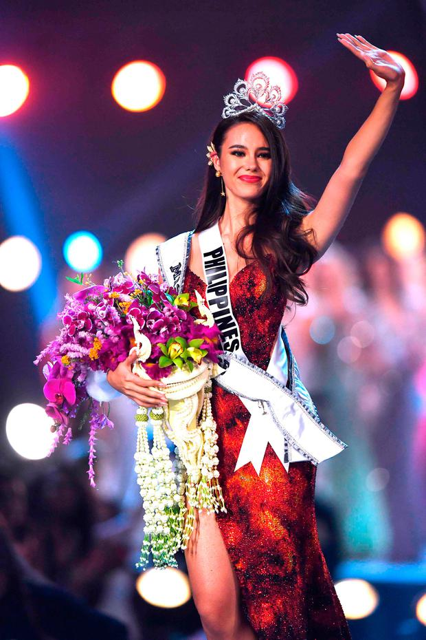 Catriona Gray of the Philippines waves to the audience after being crowned the new Miss Universe 2018 on December 17, 2018 in Bangkok. (Photo by Lillian SUWANRUMPHA / AFP)