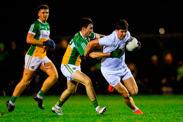 Padraig Fogarty of Kildare gets past Eoin Rigney, centre, and Cathal Mangan of Offaly. Photo: Piaras Ó Mídheach/Sportsfile