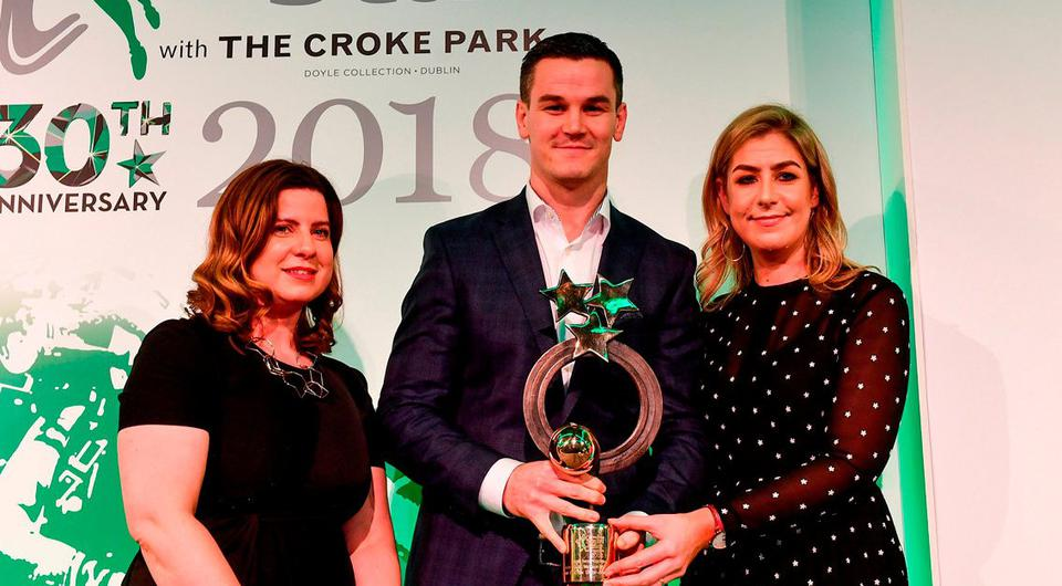 Sexton receives his award from Muireann King (L), Director of Sales and Marketing at Doyle Collection, and Arlene Regan, brand manager at INM. Photo: Sam Barnes/Sportsfile