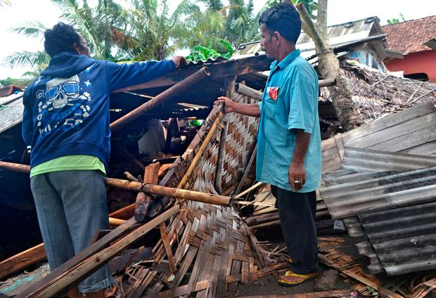 Residents collect debris from their collapsed house after it was hit by a tsunami at Panimbang district in Pandeglang, Banten province, Indonesia, December 23, 2018, in this photo taken by Antara Foto. Antara Foto/Muhammad Bagus Khoirunas/ via REUTERS