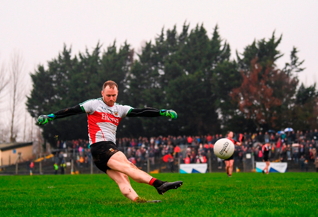 Rob Hennelly of Mayo kicks a first half free. Photo by Stephen McCarthy/Sportsfile
