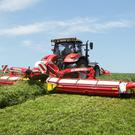 New cross conveyor auger that merges the forage to form one swath right after mowing.