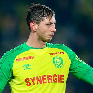 Emiliano Sala giving a thumbs up to Nantes fans during a match against PSG. AP Photo/David Vincent