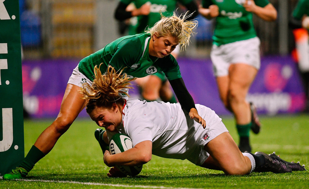 Sarah Bern of England goes over to score her side's third try despite the challenge of Ailsa Hughes of Ireland. Photo by Ramsey Cardy/Sportsfile