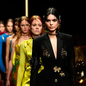 Model Kendall Jenner (R) presents a creation during the Versace women's Fall/Winter 2019/2020 collection fashion show, on February 22, 2019 in Milan. (Photo by Miguel MEDINA / AFP)