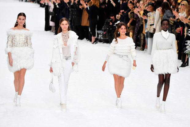 Penelope Cruz (2nd R) walks the runway during the finale of the Chanel show as part of the Paris Fashion Week Womenswear Fall/Winter 2019/2020 on March 05, 2019 in Paris, France. (Photo by Pascal Le Segretain/Getty Images)