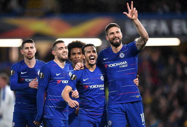 Pedro of Chelsea celebrates after scoring his team's first goal with Olivier Giroud of Chelsea and his Chelsea team mates during the UEFA Europa League Round of 16 First Leg match between Chelsea and Dynamo Kyiv. (Photo by Michael Regan/Getty Images)