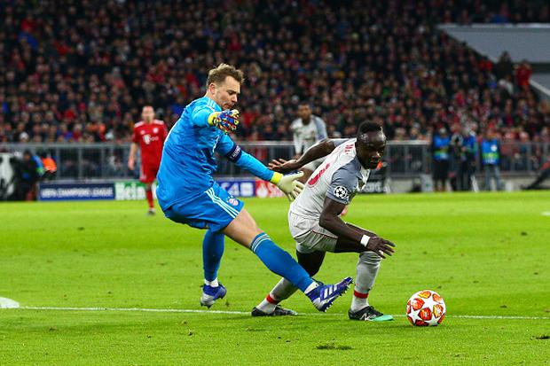 Sadio Mane of Liverpool beats the challenge of Manuel Neuer of FC Bayern Munich to score the opening goal during the UEFA Champions League Round of 16 Second Leg match at the Allianz Arena (Photo by Craig Mercer/MB Media/Getty Images)