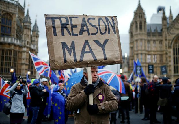 A pro-Brexit protester holds a banner as anti-Brexit protesters demonstrate outside the Houses of Parliament, ahead of a vote on Prime Minister Theresa May's Brexit deal, in London, Britain, January 15, 2019. REUTERS/Henry Nicholls /File Photo