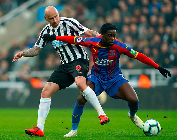 Newcastle United's Jonjo Shelvey (left) and Crystal Palace's Jeffrey Schlupp battle for the ball during the Premier League match at St James' Park. Photo: Owen Humphreys/PA