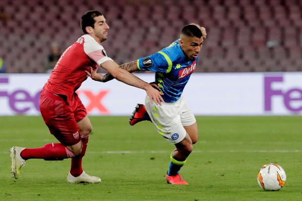 Napoli's Allan battles for the ball with Arsenal's Henrikh Mkhitaryan. Photo: Ciro De Luca/Reuters