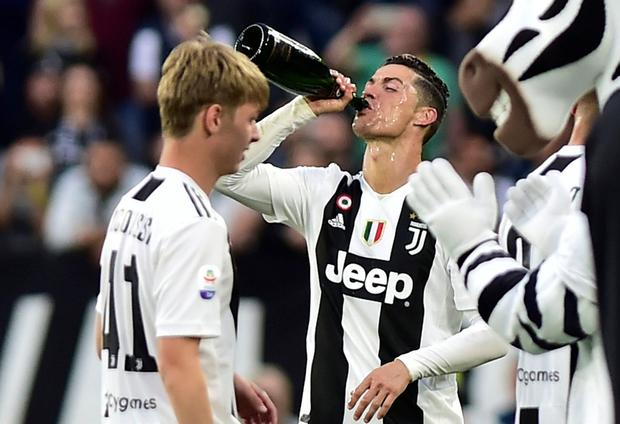 Soccer Football - Serie A - Juventus v Fiorentina - Allianz Stadium, Turin, Italy - April 20, 2019 Juventus' Cristiano Ronaldo celebrates winning the league after the match REUTERS/Massimo Pinca