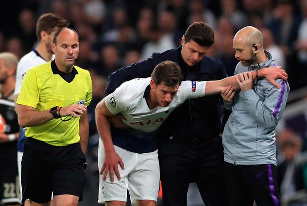 Tottenham Hotspur manager Mauricio Pochettino (second right) assists Jan Vertonghen after an injury during the Champions League, Semi Final, First Leg at the Tottenham Hotspur Stadium, London. Mike Egerton/PA Wire