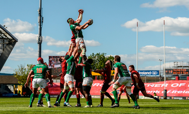 Federico Ruzza of Benetton Rugby wins possession from a Munster lineout ahead of Peter O'Mahony of Munster. Photo by Diarmuid Greene/Sportsfile