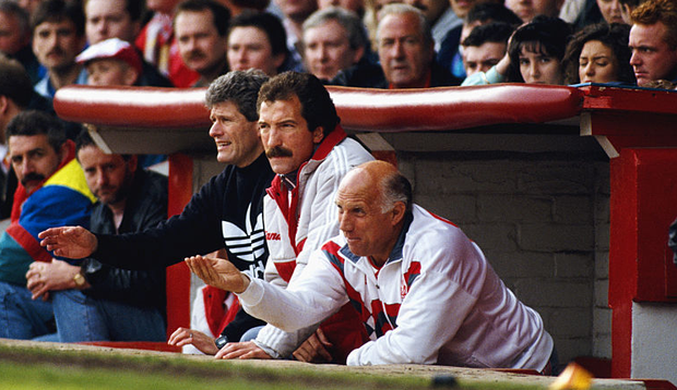 Liverpool manager Graeme Souness (c) with backroom staff Phil Boersma (l) and Ronnie Moran (r) in the Anfield dug out during a match circa 1991 (Photo by Dan Smith/Allsport/Getty Images)