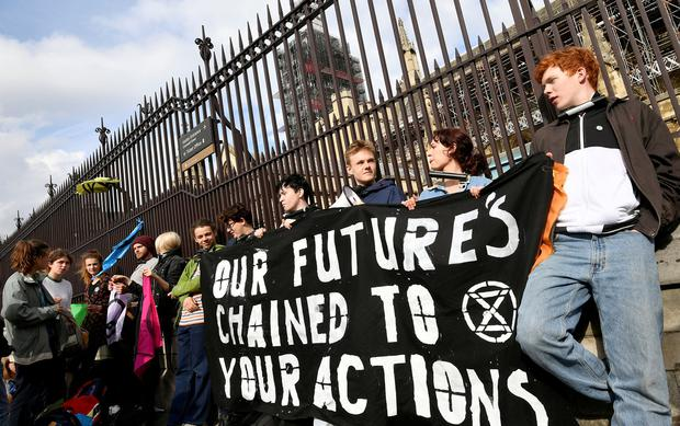 Climate change activists lock themselves at the gate of the Houses of Parliament during an Extinction Rebellion protest in London, Britain May 3, 2019. REUTERS/Toby Melville/File Photo