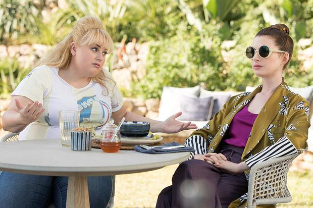 Show me the money... Penny (Rebel Wilson) and Josephine (Anne Hathaway) in 'The Hustle'