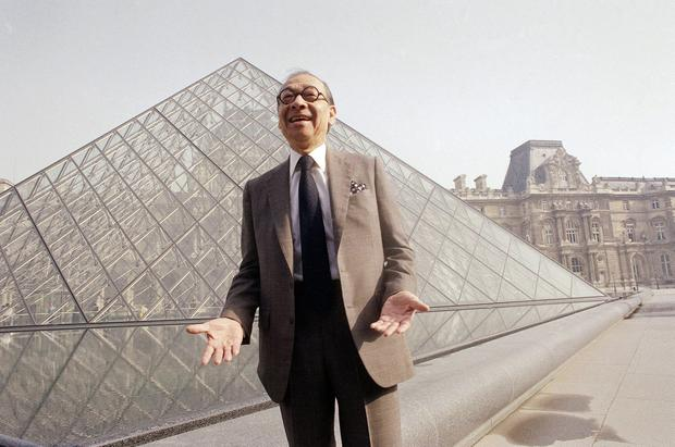 The late architect I.M. Pei laughs while posing for a portrait in front of the Louvre glass pyramid, which he designed, in the museum's Napoleon Courtyard in 1989. Photo: AP