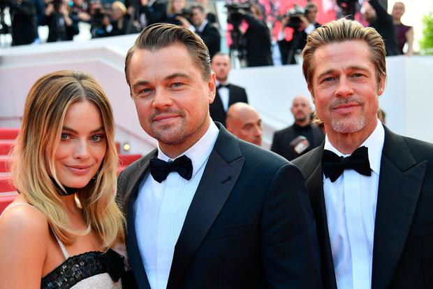 Margot Robbie, US actor Leonardo DiCaprio and US actor Brad Pitt pose as they arrive for the screening of the film